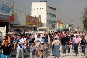 A lady in our church giving out tracks during the 5 de Mayo parade in Puebla